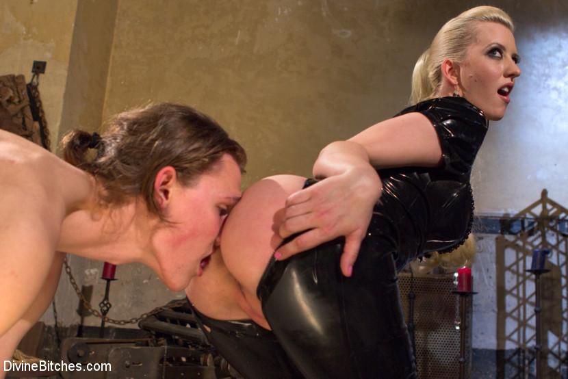 одна, голышом рабыня вылизывает госпоже посмотрев
